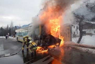 Bus brennt in Haltestelle / AT Saalfelden.
