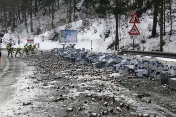 LKW verliert 300 Bierkisten / AT Lofer