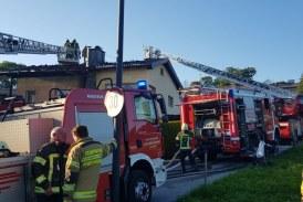 03.09.2019 AT Salzburg: Dachstuhlbrand bei einem Wohnhaus im eng verbauten Gebiet