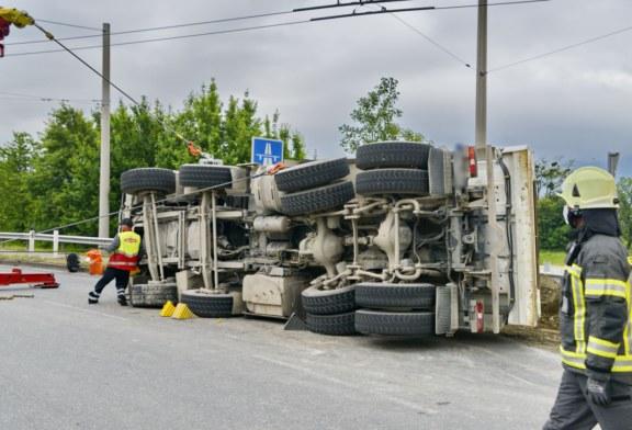 14.05.2020 AT Salzburg: LKW kippt im Kreisverkehr um